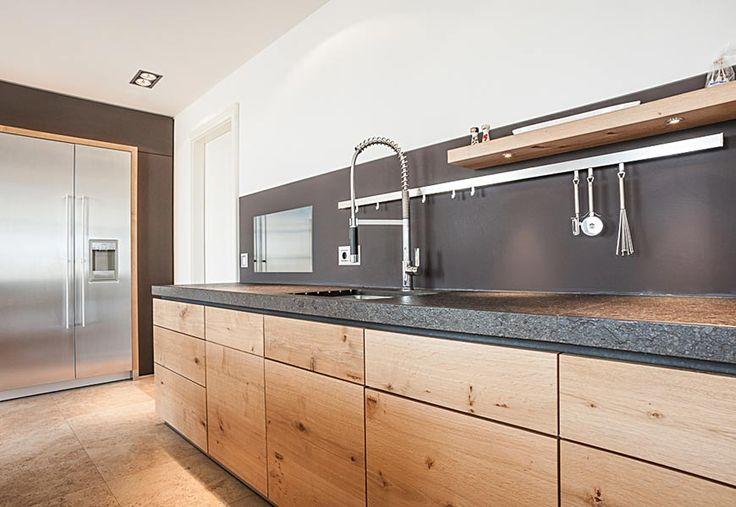 Edle Holzfront in schicker Schreinerküche