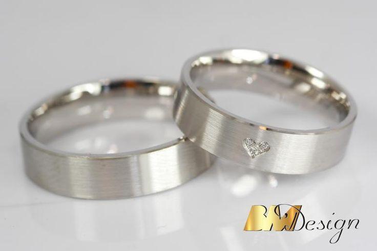 Obrączki ślubne z sercem, serduszko z diamentami. Białe złoto i diamenty. Wisiorek z opalem i diamentami. Projekt i wykonanie BM Design.  #obrączki #serce #białezoto #diament #złoto #nazamówienie #złotnik #biżuteria #ręcznierobione #piękny #tęczowy #złoty #Rzeszów #BM #wisiorek #przywieszka
