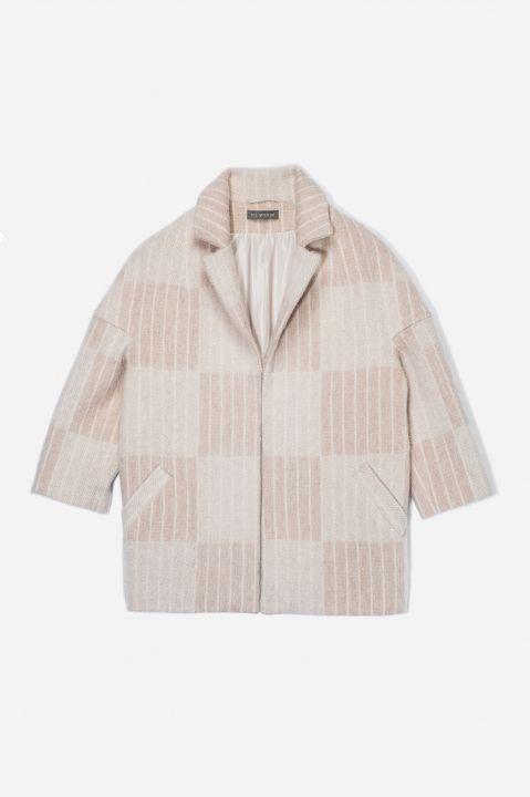 Wełniana kurtka w stylu włoskim w beżowym kolorze. W stylizacji wiosennejpasuje do prostej sukienki lub dospodni cygaretek połączonych zeobszernym swetrem.Wykonana z wysokogatunkowej tkaniny,na podszewce. Dwie kieszenie orazrękaw 7/8.Dł. całk: 69 cm, dł. rękawa: 63 cm (S).Tkanina: 100% wełna.Podszewka: 100% wiskoza.Instrukcja prania: Chemiczne na sucho