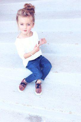 A menina ficou linda com um coque bagunçado no alto da cabeça. Foto: Pinterest/Jennifer
