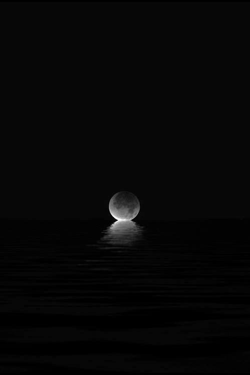 assim feito a lua , todos possuem seus mistérios e suas fases , assim como sua beleza .
