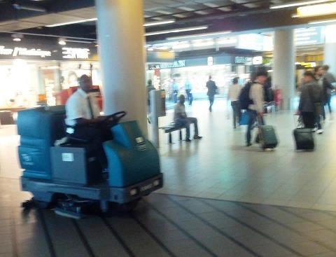 Fregadora Tennant en el aeropuerto de Schipol (Amsterdam)  Mándanos las fotos de las fregadoras y barredoras Tennant que veas en cualquier sitio