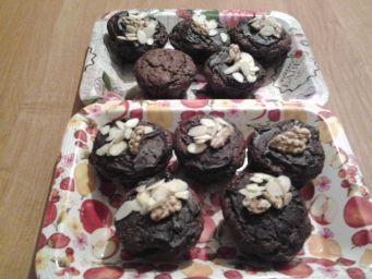 Przekładaniec orzechowo- kakaowy z karmelem. Bardzo bogate, smaczne i sycące ciasto, dlatego polecałabym go na jakąś okazję. Może na nadchodzące...