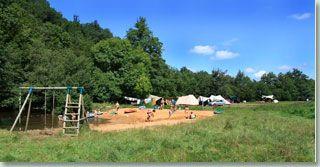 La Chatonniere een kleine groene camping in de Dordogne, Frankrijk Jumilhac-le Grand In de rivier kunnen ze veilig in een ondiep en afgezet stuk in het water spelen Zelf kampvuur maken  Natuurpark