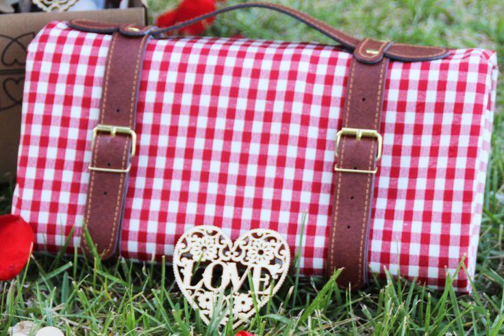Nuestro mantel picnic romántico de cuadros rojos es ideal para preparar momentos románticos en cualquier lugar al aire libre montaña, rio, parque, playa, etc... Entra en nuestra tienda y sorprende a tu pareja con una velada inolvidable! #loverspack #picnic #picnicromántico #picnicmontaña #picnicplaya #sorprender #sorprenderpareja #romántico #decoraciónromántica #regalo #regaloaniversario #regalooriginal #momentosrománticos #sorpresas #love #romanticmoments #takeaway #mantelpicnic…
