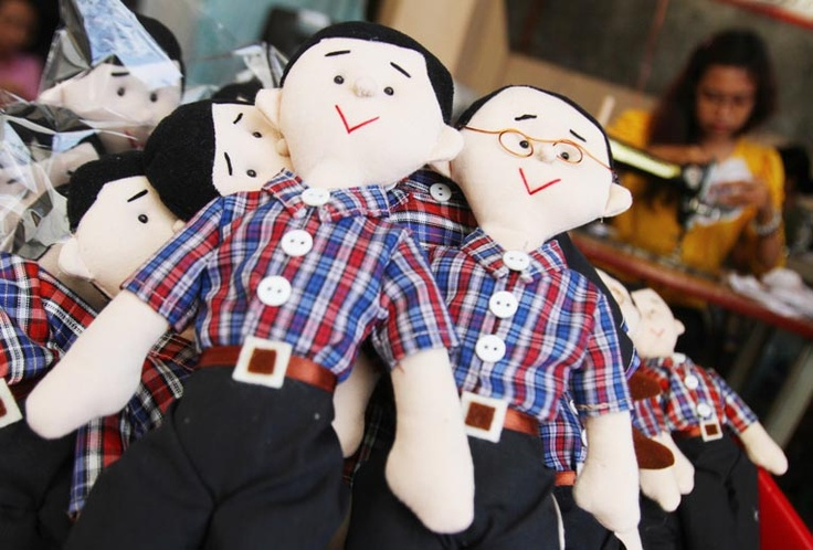 A craftswoman sew dolls of Jakarta gubernatorial hopefuls Jokowi and Ahok in Solo, Central Java, on Tuesday. The makers say they sell about 5,000 pairs every two weeks. (Antara Photo/Akbar Nugroho Gumay).