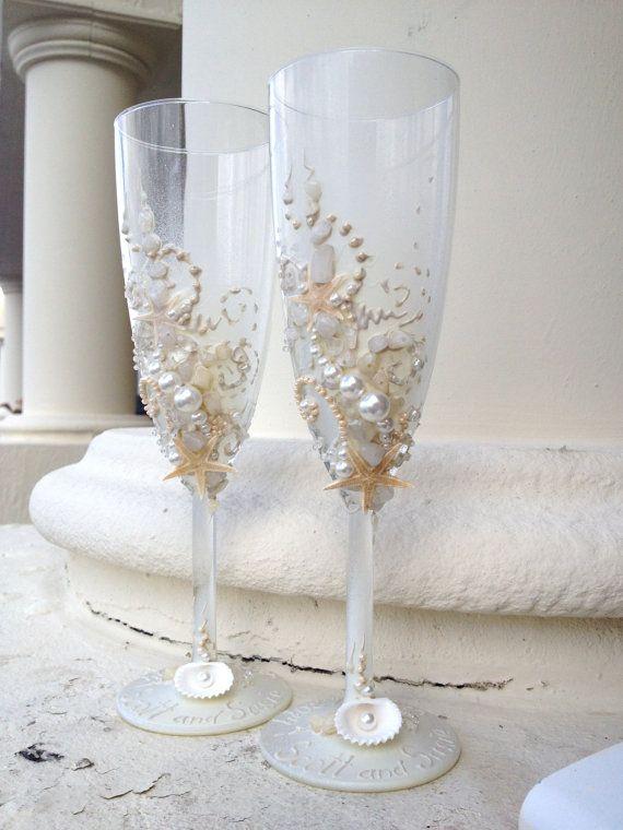 Bellissima coppia di due spiaggia matrimonio champagne flauti è decorate con reale delle stelle marine, conchiglie di mare, mare di vetro e perle nei colori avorio e beige a mano. Farà una grande aggiunta al vostro ricevimento di nozze di spiaggia. Inoltre è un regalo perfetto nuziale doccia!  Alta 8,5  Bicchieri di champagne personalizzati possono essere creati per soddisfare le vostre esigenze. I nomi e la data possono essere verniciate per personalizzare alla vostra occasione. Questo…