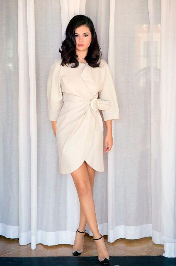 Selena Gomez tem aparecido com um look mais bonito do que o outro, e a responsável é a stylist da cantora, Kate Young. ...