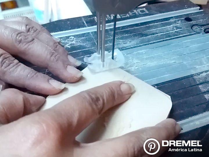 """Paso 5) Realizar la base con el mismo MDF (o uno de mayor grosor) cortando en la forma que deseen. Con los accesorios """"tubos de lija"""" podrán redondear los bordes para darle un acabado más delicado. Podrán fijar el árbol a la base con un tornillo autoperforante o bien con un clavo (en este caso utilizar también algún adhesivo de contacto)."""