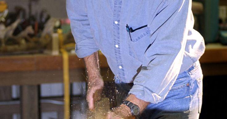 Cómo cambiar una pieza de una sierra circular. Una sierra circular es una herramienta invaluable para la carpintería. Es una herramienta de mano que utiliza una cuchilla circular para cortar piezas de madera, como postes o madera contrachapada, haciendo el mismo trabajo que una sierra de mesa. A causa del desgaste que genera su uso, debes considerar el reemplazo de la hoja de sierra ...