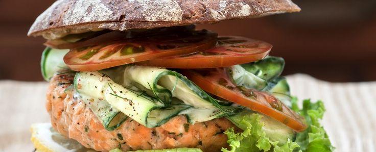 Hamburger di salmone alle erbe con pomodori e yogurt greco Sale&Pepe