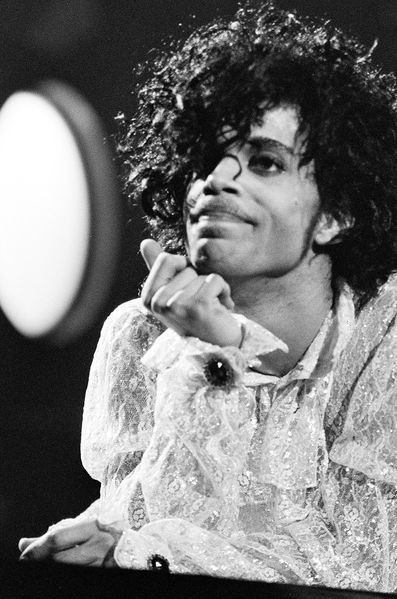 Jeudi, Prince est mort dans son studio de Minneapolis. Au-delà de sa musique, intemporelle, il était une icône de la mode revendiquant depuis toujours sa différence.