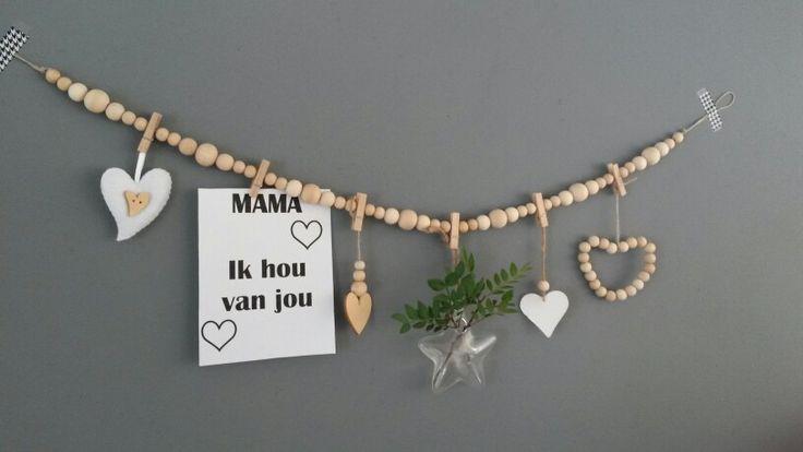 Woonketting van houten kralen en knijpers voor diverse decoratie. Leuk om cadeau te geven, bijvoorbeeld voor Moederdag.