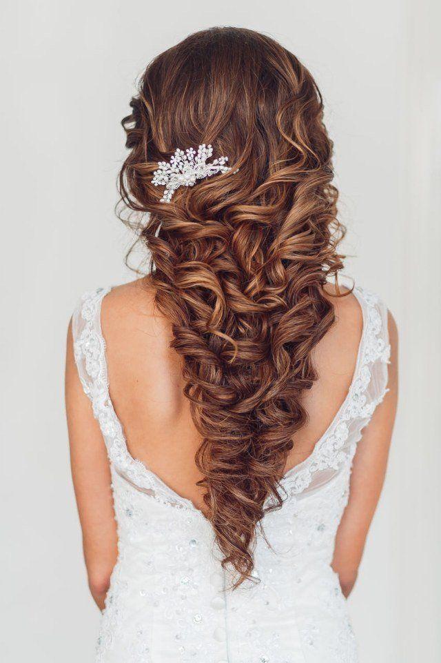 belle coiffure mariage cheveux long - boucles assemblées et décorées d'un bijou