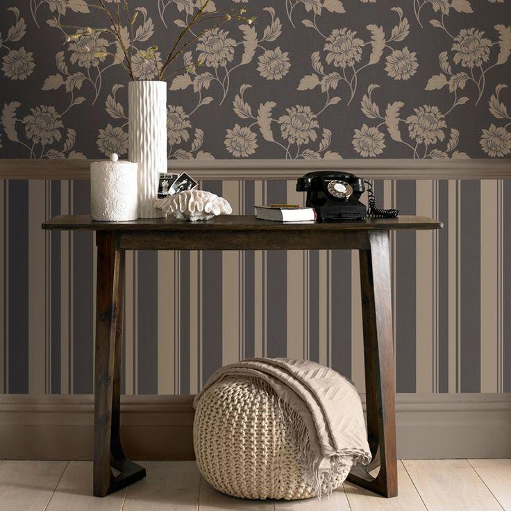 Tapet decorativ pe bază de hârtie de culoare taupe şi gri antracit, ornamentat cu dungi mai înguste şi mai late.