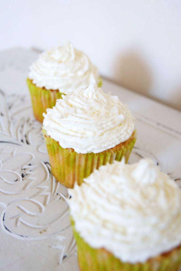 Une belle journée ensoleillée… Envie d'une recette gourmande et légère… Today, ce sera fournée de cupcakes 100% noix de coco! J'ai réussi à trouver un glaçage «léger» (signifiant selon moiSANS beurre!) à base dechantilly et mascarpone.Je pense d'ailleurs le réutiliser pour de prochaines déclinaisons! Je vous donne la marche à suivre pour obtenir 6 cupcakes (taille standard): Préparation des cupcakes noix de coco: – Préchauffer le four à 180°c.Disposer les caissettes papier dans votre…