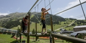 Parc Lúdic de la Vall de Núria. Juegos de equilibrio, tirolina, rocódromo, cintas transportadoras...