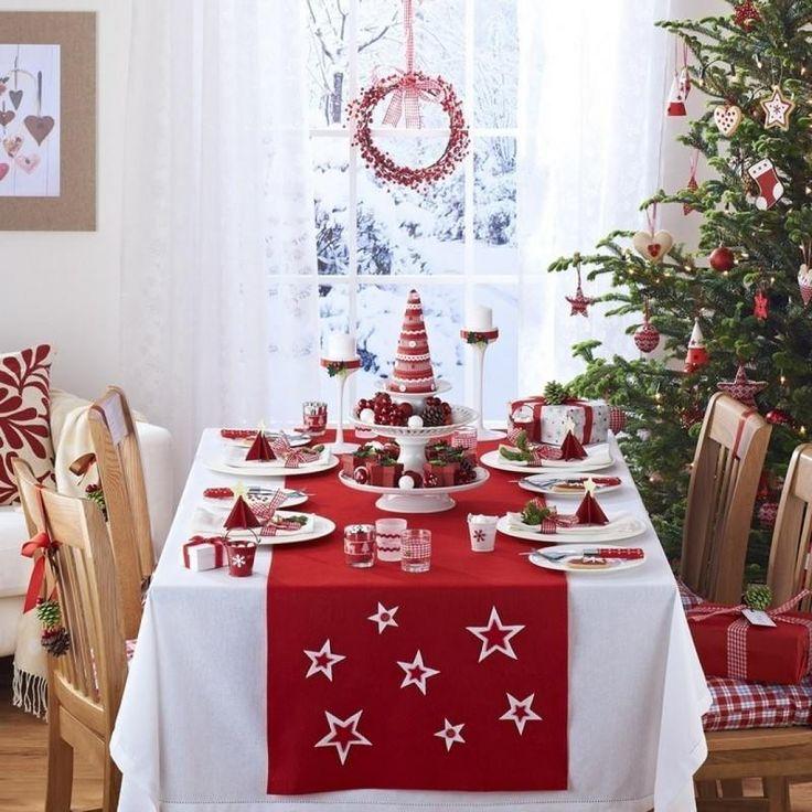déco table Noël rouge et blanc moderne - nappe blanche, chemin de table rouge à motif étoiles, mini-sapins rouges en papier et des porte-bougies en blanc et rouge
