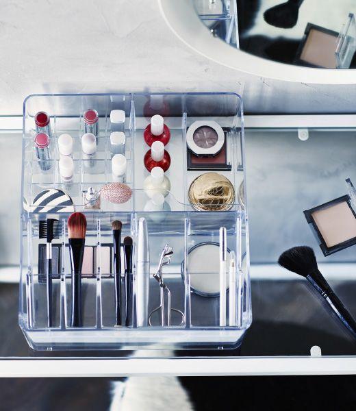 el maquillaje está ordenado en una caja limpia IKEA GODMORGON con compartimentos