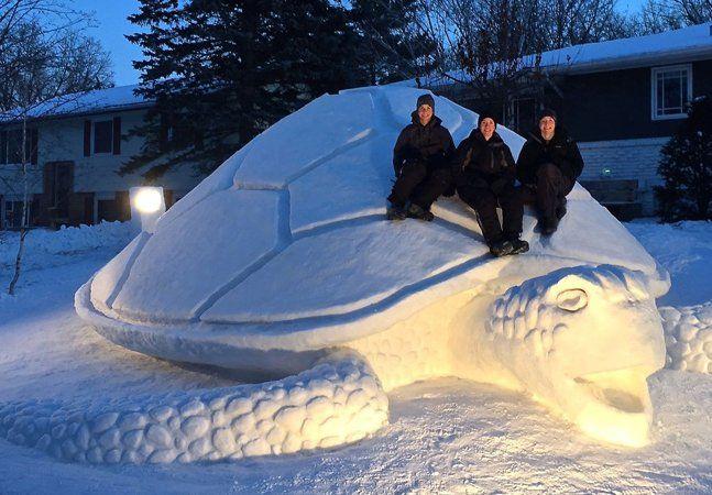 Todos os anos, durante o inverno, os irmãos Austin, Connor e Trevor Bartz se reúnem no quintal da casa de seus pais, em New Brighton, Minnesota (EUA) para construir um boneco de neve diferente. Nada de nariz de cenoura ou bolotas de neve: os rapazes criam esculturas gigantes de animais marinhos, como tartarugas e tubarões. Tudo começou há 4 anos, quando os irmãos viram um peixe baiacu durante uma viagem à Flórida e decidiram recria-lo na neve. As esculturas começam com um bloco disforme de…