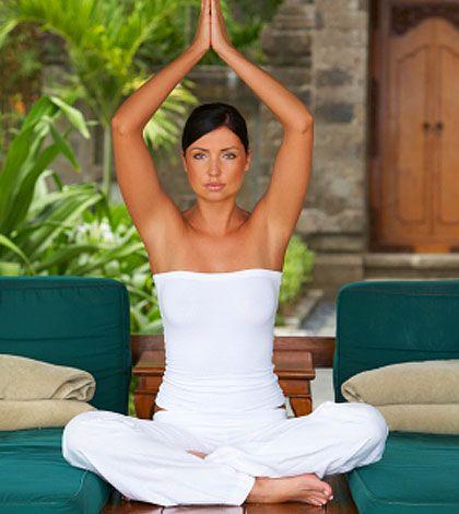 Du denkst darüber nach mit Yoga anzufangen? Ich zeige dir heute 4 Übungen, die ideal für Anfänger und Einsteiger sind!
