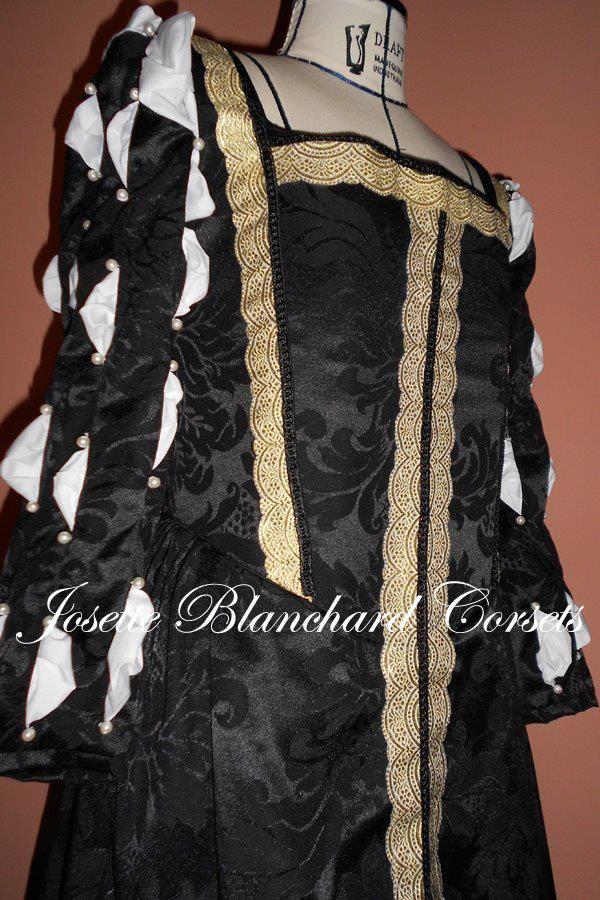 Vestido Dinastia Tudor em brocado preto com aplicação de gorgorões e rendas. Com corset embutido, manga com detalhe de camisa branca e pérolas. Aberturas laterais com fechamento por ilhóses nas abertura, com protetor embutido, forro 100% algodão, calda na saia.  Site: http://www.josetteblanchardcorsets.com/ Facebook: https://www.facebook.com/JosetteBlanchardCorsets/ Email: josetteblanchardcorsets@gmail.com josetteblanchardcorsets@hotmail.com