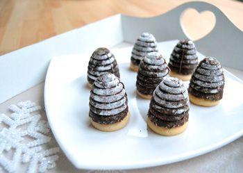 Kdo by neznal vosí hnízda - kakaové kopečky na piškotu plněné máslovým krémem. A tyto jsou řádně provoněné rumem! Vyzkoušejte recept na oblíbené vánoční cukroví krok za krokem.