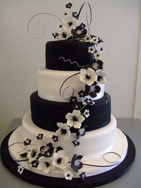 Traumhafte #Hochzeitstorte in Schwarz-Weiß mit Blumen dekoriert