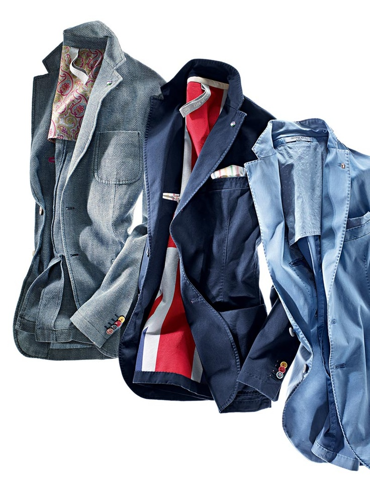 Diese Sakkos von Manuel Ritz sind gewohnt lässig und warten mit einigen optischen Highlights auf, wie zum Beispiel den bunten Knöpfen. Von links nach rechts sind in dieser Reihe ein Pulloversakko, aus einem Leinen-Baumwollmix, ein Sakko in Baumwollstretch mit Union Jack-Futter und eines aus gewaschenem Baumwollsatin.