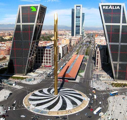 """Panorámica de la Plaza de Castilla de Madrid. A SÓLO 2 CUADRAS A LA IZQUIERDA ESTÁ NUESTRO HOTEL """"MELIÁ CASTILLA"""" Plaza Castilla . LAS TORRES INCLINADAS SON LLAMDAS """"LA PUERTA A EUROPA"""":MADRID-ESPAÑA."""