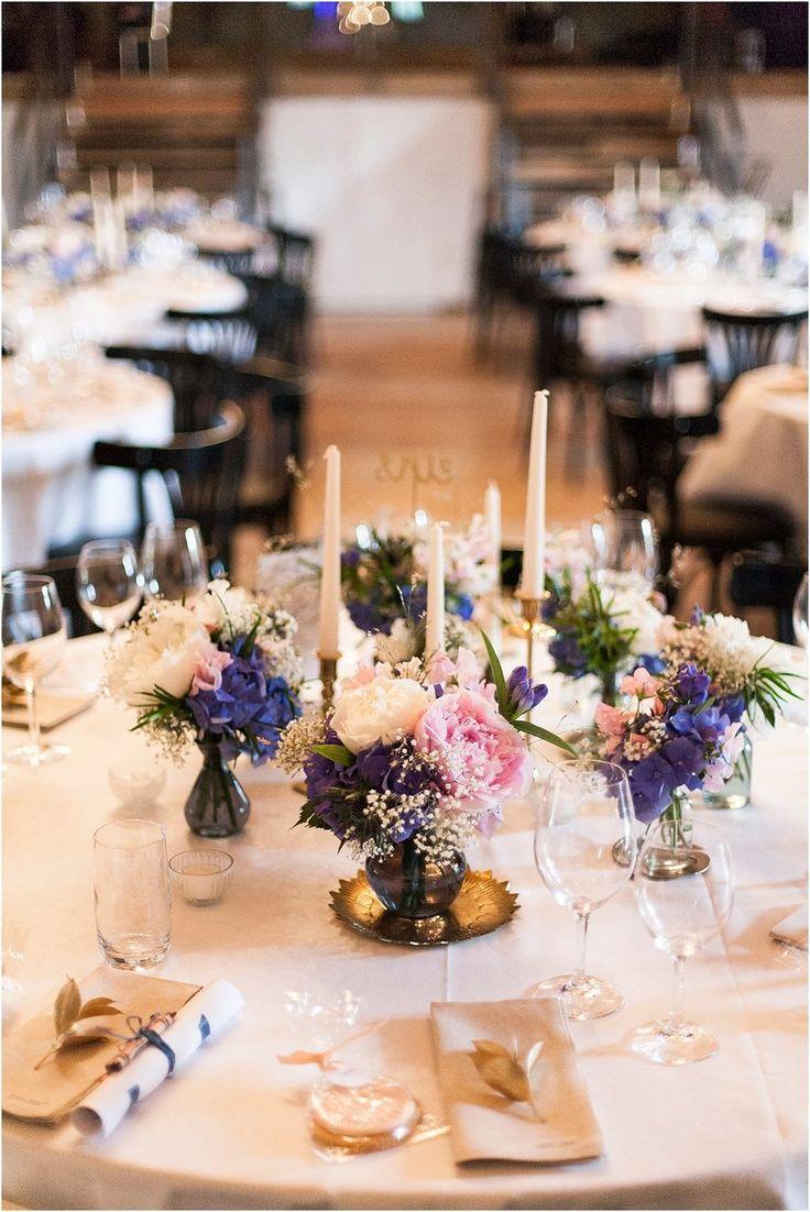 Tischfloristik Hochzeit blau-rosa mit Gold, Maisenburg. Von Anmut und Sinn. Foto: Daniela Reske