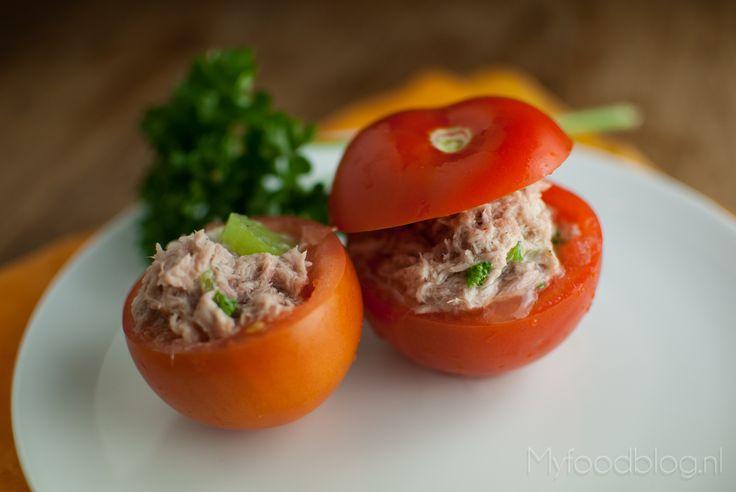 Gevulde tomaatjes met tonijn | Stuffed tomatoes with tuna salad. Sooo easy and sooo good :-)