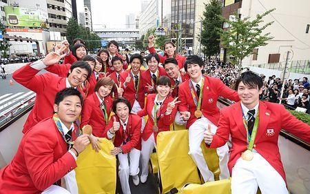 リオデジャネイロ五輪・パラリンピック日本選手団の合同パレードで、記念撮影するメダリストら。右手前は体操の内村航平=7日午前、東京都港区(代表撮影)