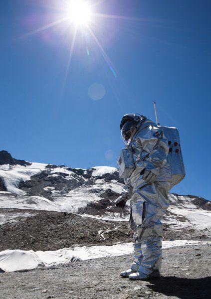 Duschen mit Wasserdampf und kommunizieren mit 20 Minuten Verzögerung: Auf einem österreichischen Gletscher simulieren rund hundert Forscher das Leben bei einer Mars-Mission. Die Übungen sollen auf die echte Reise vorbereiten.