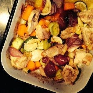 Kyckling i ugn med zucchini och röd lök.