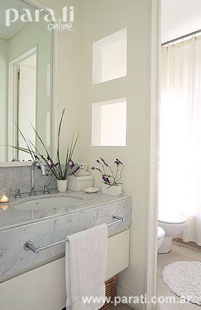 Por último el baño con división virtual con huecos cúbicos que permiten compartir la luz natural, encuentra en el color de los muros, en la mesada de Carrara, en el mueble bajomesada y en el marco del espejo, más motivos de punta en blanco.