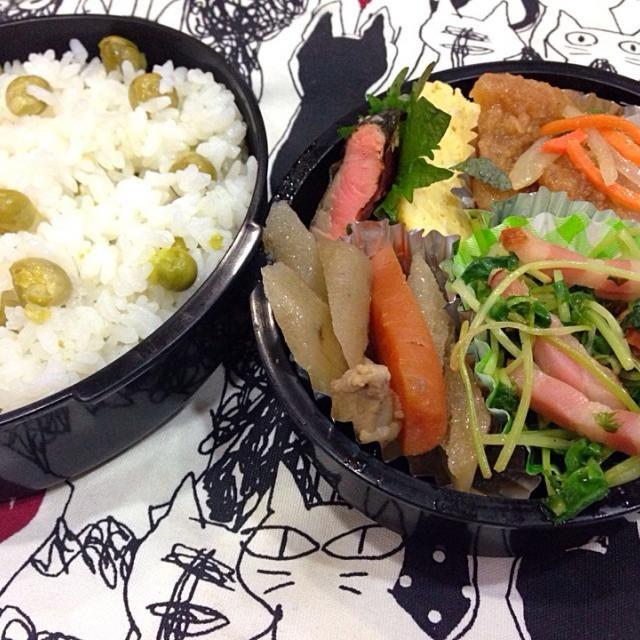 雨で始まった今週☔️  昨夜の 財津和夫ライヴの 余韻を楽しみながら・・・ 次のお楽しみを 思い描いて(笑)  ・イカの南蛮漬け ・豆苗とベーコンの炒め物 ・牛蒡と人参の煮物 ・だし巻き卵 ・焼き鮭 ・豆ご飯 - 30件のもぐもぐ - 5月26日 豆ご飯弁当 by sakuramochi0815
