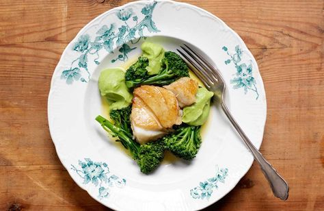 """Här följer fem recept som vi fått låna ur Niklas Ekstedts senaste bok """"Den blå maten"""" som handlar om maten i de regioner i världen där människor blir allra äldst. Läs mer om boken och om Niklas Ekstedts egen matfilosofi här. Välj en torsk som är MSC-märkt så att vi inte fiskar ut torskbeståndet där det ser illa ut för fisken. För 4 personer behöver du: 3 broccoli 4 portioner á 150 g torsk utan skinn (alt.gös, gädda, kolja, sej) 2 msk salt 2 l vatten 250 g smör salt Gör såhär: Skär bort den…"""