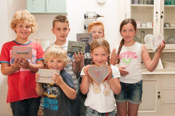 Afgelopen zondag was het zover: onze eerste workshop met kinderen! Ruim twee uur zijn we bezig geweest met het maken van verf, het schilderen, de waspuck en het schuren om de laatste laag aan te kunnen brengen: meubelwas en/of de...