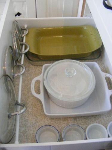 Coloque uma haste de tensão em uma gaveta funda da cozinha para manter suas tampas no lugar.