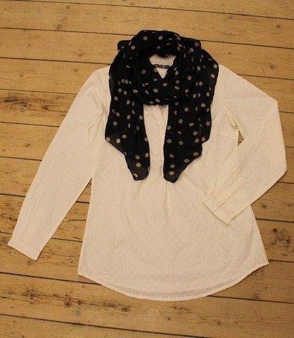 Abha skjorten i creme med sort prikket tørklæde:  http://www.tankestrejf.dk/prikket-toerklaede.html