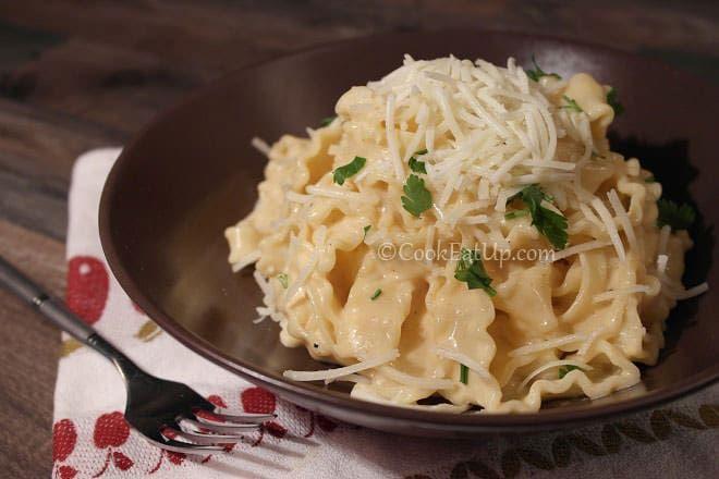 Ζυμαρικά Mafaldine με βελούδινη τυρένια σάλτσα ⋆ Cook Eat Up!