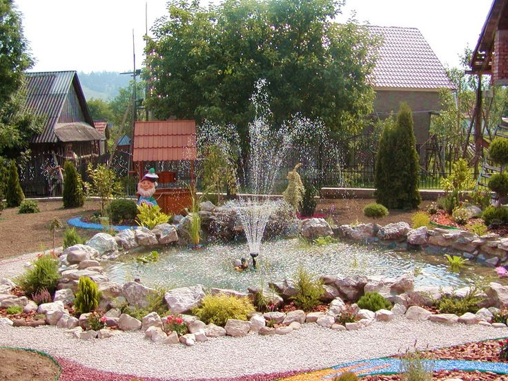 Почему бы не добавить немного романтики, построив небольшой фонтан (если позволяют средства)? Ставить фонтан посреди газона не всегда резонно: жалко лужайку. Когда газона нет, можно позволить фантазии разыграться.