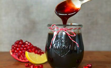 Το ρόδι ξεχωρίσει ανάμεσα στα φρούτα για το υψηλό αντιοξειδωτικό του περιεχόμενο. Σας προτείνουμε ένα ακόμη τρόπο για να το εντάξετε στη διατροφή μικρών και μεγάλων. Υλικά Περίπου 1 κιλό ρόδια Χυμό από ½ λεμόνι 1 ½ ποτήρι ζάχαρη Εκτέλεση Βάζουμε τα ρόδια στον αποχυμωτή και βγάζουμε 2 ποτήρια του νερού χυμό ρόδι. Κρατάμε …