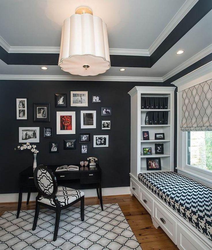 bureau à la maison décoré en noir et blanc et aménagé avec une banquette sous fenêtre élégante dotée de rangements