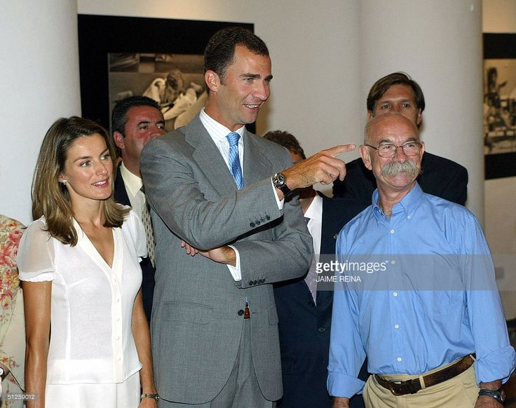 Spanish Crown Prince Felipe (C) and his wife Letizia (L) chat with photographer Joan Llompart 'Torrello' (R) during the inauguration of the photographic exhibition 'Felipe, 30 years growing up in Mallorca' at the Cultural Centrer 'La Misericordia' in Palma de Mallorca, Spain, 03 September 2004.
