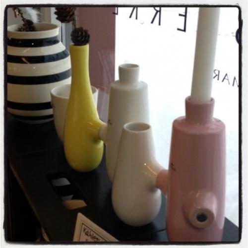 Den flotte Fiducia er designet av danske Louise Campbell for Khler, og er fortsatt like populr. Flott bryllupsgave til de som elsker interir og lekkert design. Armene har magnet slik at du kan lenke dem sammen som du selv nsker, eller ha dem hver for seg. Brukes til stearinlys, vase eller hva du selv mtte nske! Kommer i sett p 5 stk.