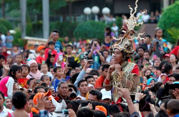 Gubernur Jakarta, Joko Widodo (Jokowi) Berkuda di Tengah Pesta Rakyat Jakarnaval 2013.