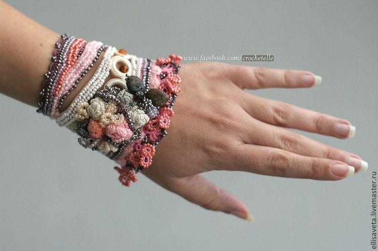 Купить Янтарь и розы - вязаный браслет крючком - бледно-розовый, Вязание крючком, вязаные бусы