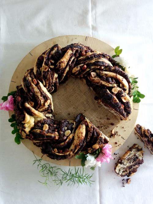 Babka de chocolate. Receta clásica con forma de rosca. En su interior: crema de chocolate, avellanas y pedacitos de húmedo brownie